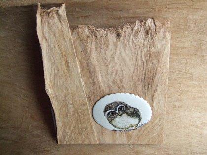 Idee regalo originali, personalizzabili e soprattutto utili! Nell'immagine uno dei nuovi album in corteccia, con formella in ceramica dipinta a mano.