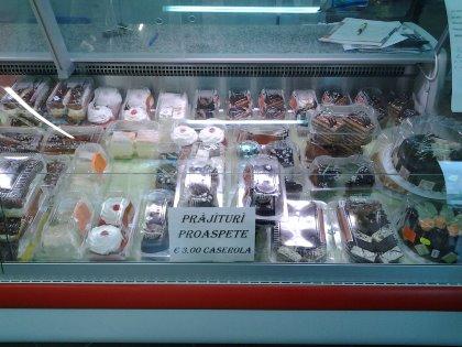 Vasto assortimento di prodotti freschi dell'est Europa: formaggi, carne, pesce, dolci.