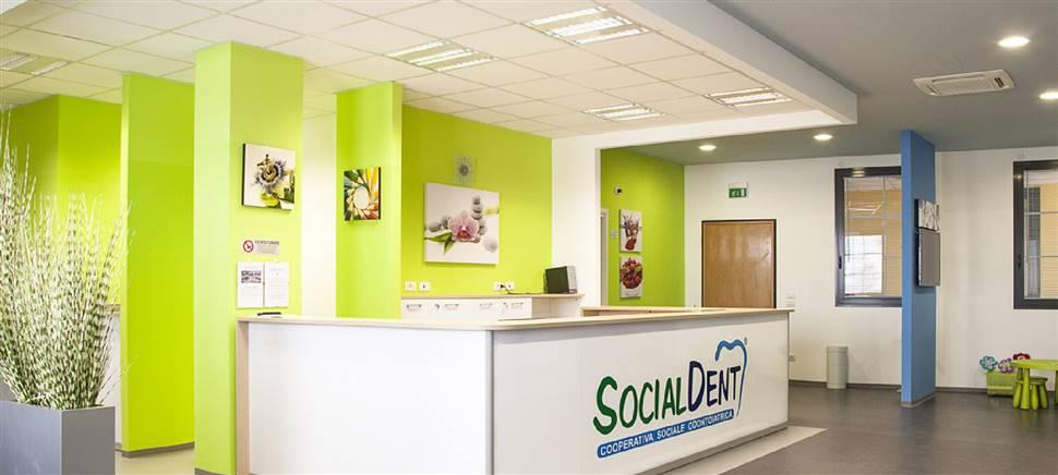 Per un sorriso sano scopri Socialdent, la clinica dentistica che si occupa della salute della bocca di tutta la famiglia con grande sensibilità e attenzione