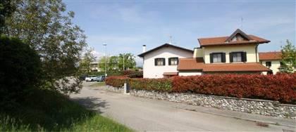 Vorresti comprare una casa a Colloredo? Vieni a vedere questa villetta con giardino. 3 camere, 3 bagni. Prezzo: 220.000€