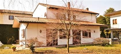 In vendita a Udine - tra il Palamostre e l'Ospedale - villa signorile con ampio giardino e garage. Vieni a vederla