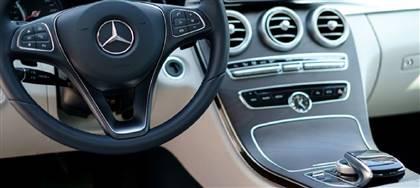 L'interno della tua auto è pieno di peli, briciole, terra o ha un cattivo odore? Portala da noi: la sanificheremo con la potenza del vapore