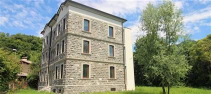 A Zomeais di Tarcento in vendita Villa Liberty disposta su tre piani, con 2.500mq di giardino. Prezzo 450.000€. Contattaci se interessato