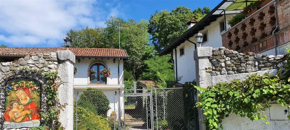 A Moruzzo, in vendita prestigiosa villa in rustico ristrutturato con dependance e ampio giardino. 600 mila euro. Contattaci se interessato