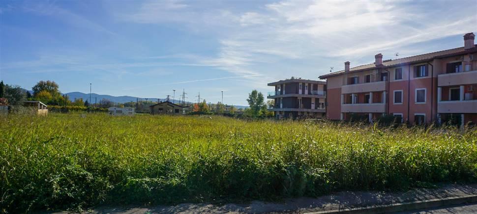 Terreno edificabile, posizione con molto verde e tranquilla, lotto regolare, utenze predisposte, mq 813, €33.000. Contattaci