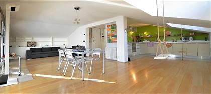In vendita a Udine, ZONA OSPEDALE, mansarda di 160mq con due camere matrimoniali, due bagni, studio, terrazza.