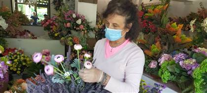 Dolores ti accoglierà con mascherina e gel igienizzante. Passa da Verdepiù: fiori artificiali di alta qualità