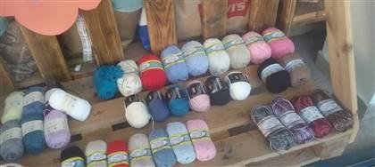 Anche tu ami fare a maglia? Vieni da noi: trovi lane di tutti i tipi e colori e ti aiutiamo nella realizzazione dei capi