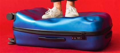 La crash baggage è la valigia già ammaccata, da regalare a Natale a chi ama viaggiare con stile e ironia. Vieni a prenderla da Robe di Casa