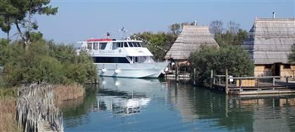 Il 2 o il 16/12 vieni a scoprire la magia della laguna di Marano: escursione in barca, sosta ai casoni, pranzo tipico, a un prezzo speciale.
