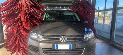 Porta la tua auto al nostro autolavaggio: meccanizzato o manuale per garantire pulizia impeccabile sia esterna che interna
