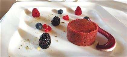 Tartare di capriolo con frutti di bosco e filetto di cervo con riduzione di vino rosso sono i nostri piatti a base di selvaggina. Vieni a gustarli
