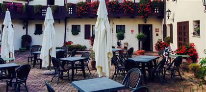 """I fratelli Negrini sono felici di accoglierti nel loro ristorante """"Al Castello"""" di Fagagna. Prenota ora il tuo posto nell'accogliente giardino"""