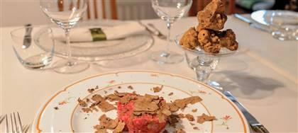 Tartare di manzo, tagliolini e uova in tegame, questi i nostri prestigiosi piatti, impreziositi da tartufo bianco pregiato. Vieni a gustarli