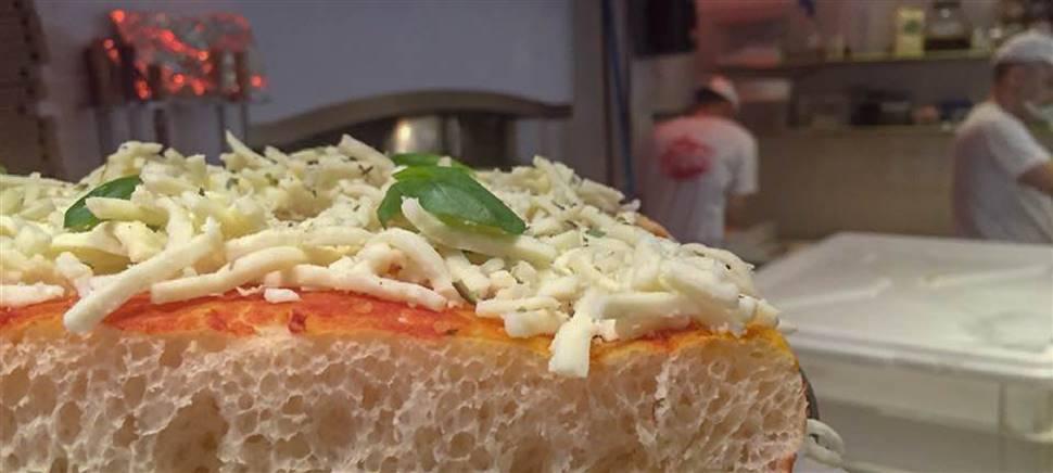 Non le solite pizze da asporto ma pizze speciali, pizze piccanti, hamburger, calzoni, fritti e snack. Vieni da  Hell's Pizza: un tocco di bontà in più.