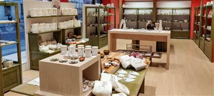 Legno, cartoccio, tessuto, ceramica sono i materiali con cui i nostri artigiani tengono viva la tradizione. Vieni a riscoprirla nel nostro negozio