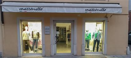 Vieni a scoprire le nuove collezioni Mazzonetto. Ornella e Maurizio ti aspettano con utili consigli, taglie comode, capi scontati del 50%