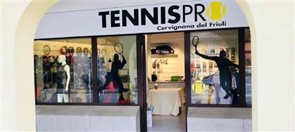 Se giochi a tennis non vedi l'ora di conoscerci: abbiamo tutto ciò che ti serve per praticare il tuo sport al meglio. Vieni a trovarci.