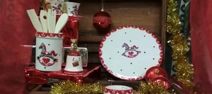 Scalda il cuore con l'allegria dei colori e delle feste grazie ai nostri oggetti in porcellana. Vieni a scoprire la magia del Natale nel nostro negozio
