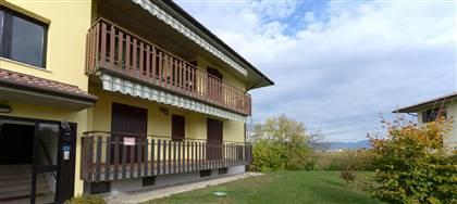 Spazioso tricamere, biservizi con terrazze e garage sulla collina di Buttrio accoglie  famiglia in cerca di nido.
