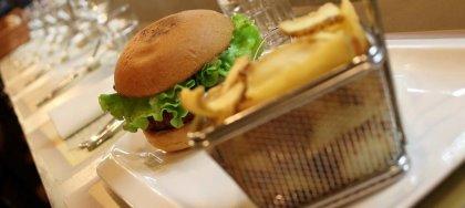 Questo Venerdì, vieni alla Burger Night! Gusta tutti i nostri nuovi burger accompagnati da patatine, dalle 19 alle 22.30