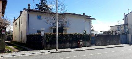 A Udine, in via Marsala, in vendita casa indipendente con 4 camere, 2 bagni, giardino, 2 dipendenze. Classe energetica E