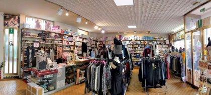 Nel nostro negozio trovi maglieria, camicie, pantaloni, abiti, anche da cerimonia. E ancora intimo, calzature, accessori